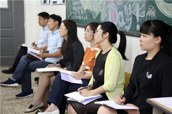 教科研室副主任姜春春陪同检查组专家观摩历史课.JPG