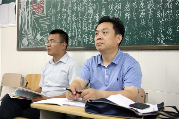 教务处副主任孔大伟陪同检查组专家走进物理课堂.JPG
