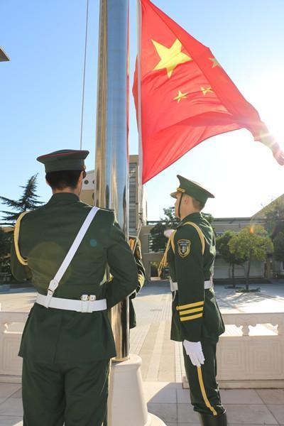 由新疆部各民族学生组成的国旗护卫队守护五星红旗冉冉升起_副本.jpg