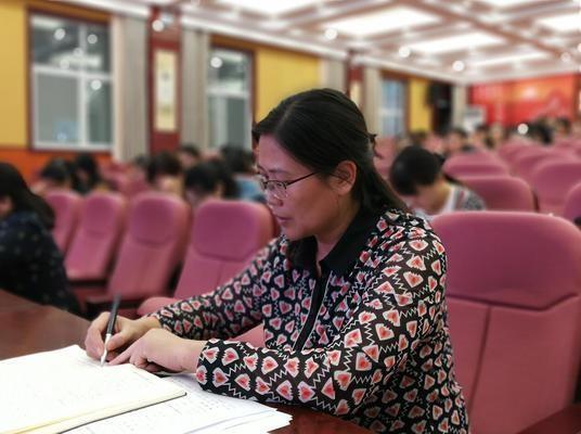 郑州57中党委书记、校长李宇红带头学习,认真记录。.jpg