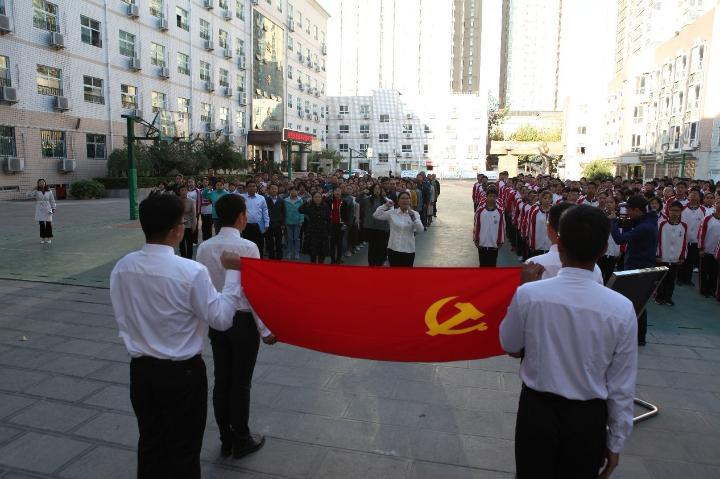 李宇红带领全体党员教师重温入党誓词.jpg