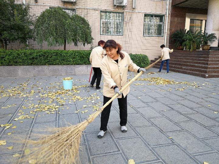 57中保洁员清扫满地秋叶,用自己独特的方式为学生加油助力.jpg