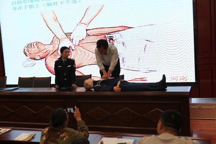现场指导教师进心肺复苏的步骤.JPG