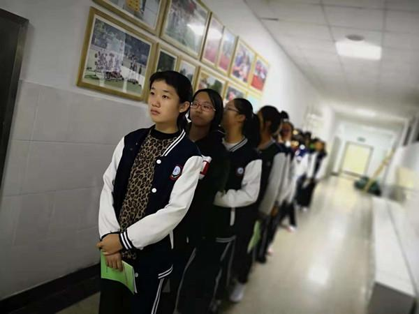 郑州11中组织学生体检 各班有序排队 等候检查.jpg