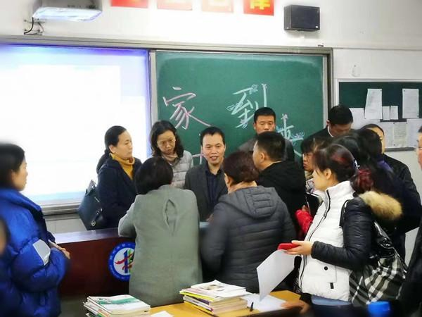 家长和老师分散互动.jpg