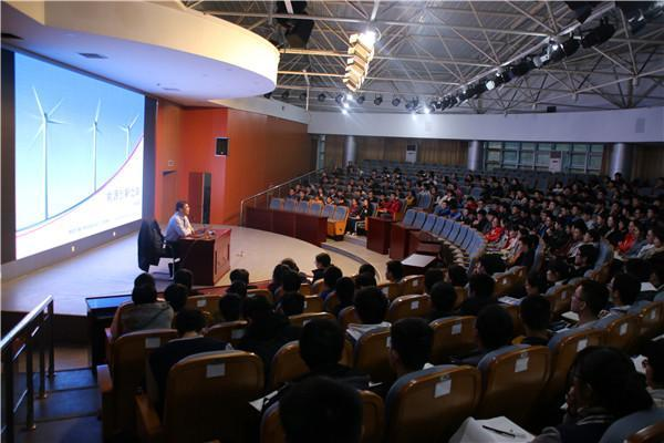 陈斌教授在做《能源科技创新之路》讲座.JPG