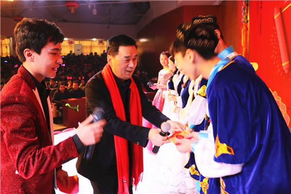 学校校长郭勤学致新年贺词并为学生代表发放红包.jpg