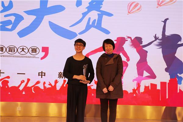 澳门永利娱乐场y8cc副校长张磊为一等奖获奖同学玉米提江颁发奖杯.JPG