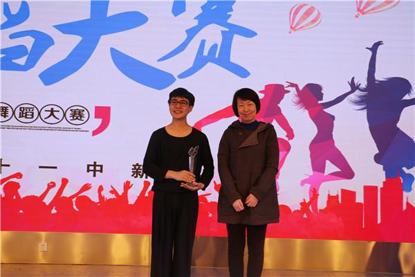 云顶集团4008副校长张磊为一等奖获奖同学玉米提江颁发奖杯.jpg