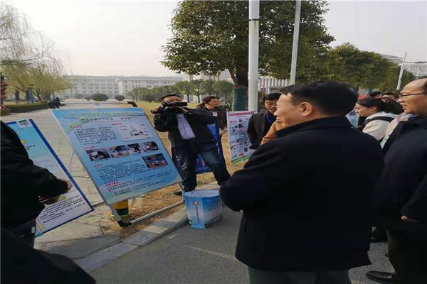 省市领导观看郑州11中学生的成果展板.jpg